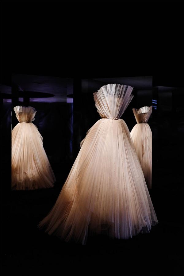 """4.41迪奥小姐高订时装裙玛丽亚•嘉茜娅•蔻丽为迪奥设计的""""伟大的秘密""""礼裙,二零一八春夏高级订制系列.jpg"""